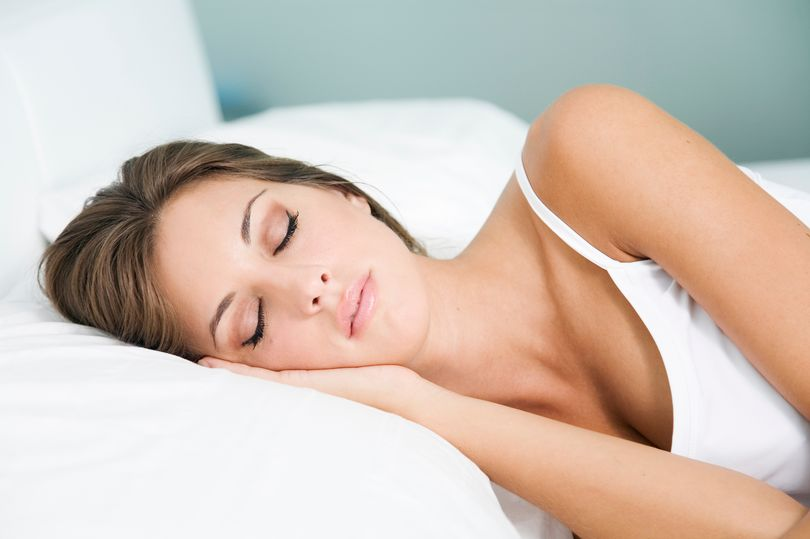 Headshot-of-a-blonde-woman-sleeping-in-bed